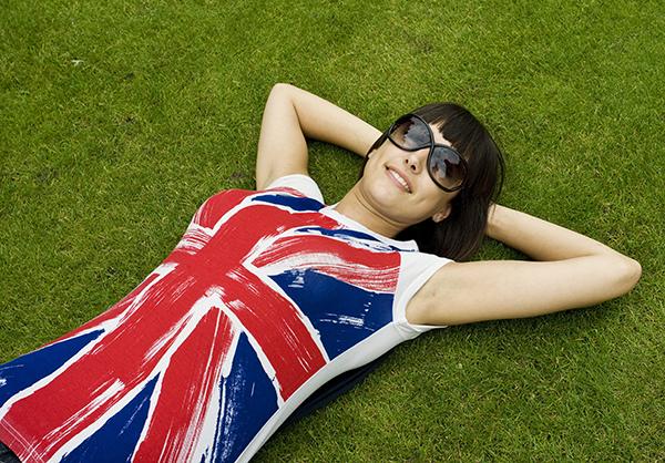 Junge Frau in London Union Jack T shirt