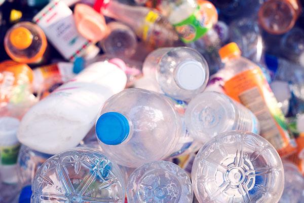 Allein Coca Cola produziert 3 Mio. Tonnen Plastikmüll jährlich